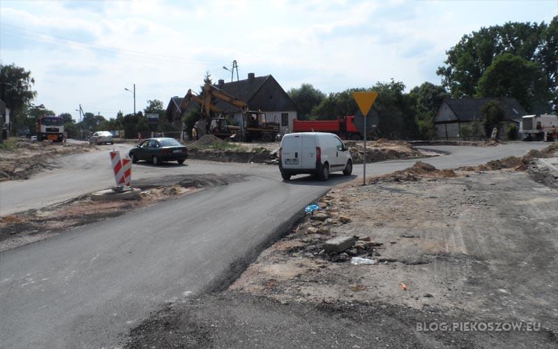 Fatalnie oznakowana budowa ronda w Piekoszowie