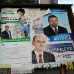 Tablica ogłoszeniowa z plakatami kandydatow
